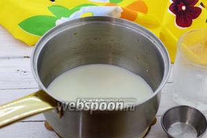 Молоко налейте в сотейник, насыпьте ванильный сахар. Отправьте на огонь, доведите до кипения. Мешайте, чтобы сахар растворился. Снимите с огня и немного остудите.
