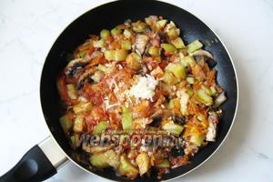 Добавить в овощи 2-3 зубчика чеснока, измельчив его.