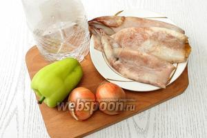 Для приготовления нам понадобятся кальмары, лук репчатый, перец сладкий, соль, вода, уксус 9%, масло растительное и перец чёрный молотый.