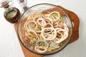 Заправляем кальмары растительным маслом и перчим по вкусу. Наша закуска готова. Приятного аппетита!