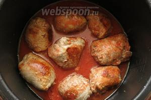 Наливаем томатную пасту, разведённую водой.