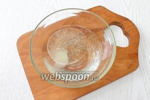 В минеральной воде размешиваем сахар, соль и масло.