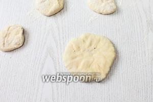 Слегка раскатываем или прижимаем пальцами до толщины 1 см.
