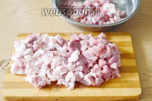 Жирное мясо нарежем помельче, а постное — более крупными кусочками. Мясо сложим в подходящую тару, добавим нитритную и простую соль, ледяную воду и хорошо помассируем массу, пока мясо не станет липким, а вся вода не войдёт в фарш. Далее поставим свинину в холодильник на 3 суток (можно в целлофановом пакете, а можно в той же самой миске).