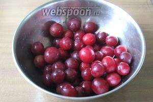 Алычу тщательно помыть и наколоть в нескольких местах. Эта процедура немного предотвращает  разваривание  фруктов.