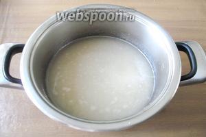 Периодически перемешивая сахар с водой, довести эту смесь до состояния сиропа.