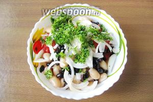 Петрушку помыть, мелко нарезать, выложить в салатник к остальным ингредиентам.