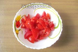 1 крупный помидор или 2 небольших помыть и нарезать, но не очень мелко.