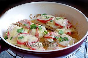 Куриные отбивные «под шапочкой» на сковороде готовы. Можно посыпать их свежей зеленью и подавать немедленно, хоть с гарниром, хоть как самостоятельное блюдо. Приятного аппетита!