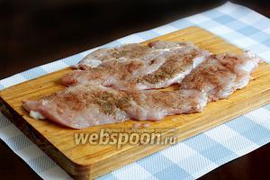 Куриное филе нарезать на плоские кусочки, слегка отбить, посолить и посыпать с 2 сторон специями. Оставить на некоторое время, пока нарезаются овощи.