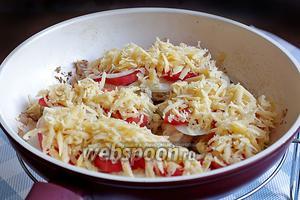 Обильно посыпать поверхность отбивных натёртым сыром. Накрыть сковороду крышкой и оставить на самом малом огне готовиться на 10-15 минут. Сыр должен расплавиться, а помидоры стать мягкими, поплыть.