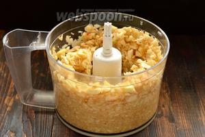 Яблоки помыть, очистить от кожицы, удалить семенную коробку. Измельчить в кухонном комбайне (насадка — металлический нож).