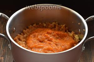 Поместить яблочную стружку в кастрюлю, добавить пюре из абрикосов (измельчить абрикосы без косточек, в том же кухонном комбайне).