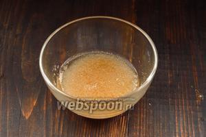Желатин залить 100 мл воды и оставить на 15-20 минут для на бухания.