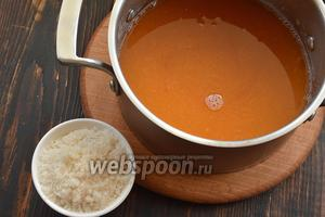 Добавить в каждую смесь по 1/2 подготовленного желатина и сахар по вкусу. Нагреть до растворения желатина (до кипения не доводить). Охладить.