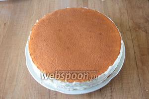 Сверху выкладываем второй корж и повторяем процедуру. Накрываем торт последним коржом, хорошо смазываем торт кремом по бокам. Последний, верхний корж, кремом не смазывается, его поливаем растопленным шоколадом.