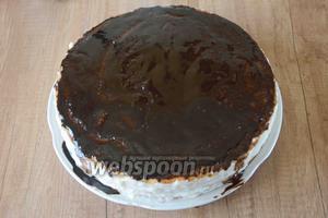 Выливаем растопленный шоколад на верхний корж торта. Шоколаду можно немного помочь правильно и равномерно распределиться по коржу.
