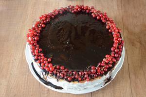 Начинаем украшение торта, начнём с края. По краям торта выкладываем красную смородину (лучше всего на веточках, так будет смотреться эффектнее).