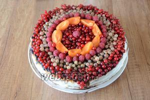 Середину торта украшаем красной смородиной и малиной. Торт готов! Приятного аппетита!