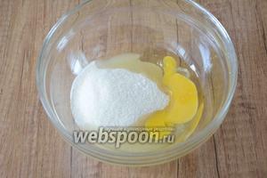 Сперва приготовим заварной крем. В глубокой миске соединяем яйца, сахар и ванилин.