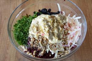 Заправляем салат майонезом, добавляем соль и чёрный молотый перец.