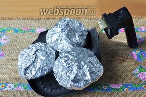 Поместить на сковороду для гриля мультипечи или в любую форму, если вы запекаете в духовке. Поставить в печь и запекать 25 минут. Для мультипечи этого времени достаточно потому, что там небольшой объём. При запекании в духовке может потребоваться 40-45 минут .