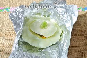 Смазать каждый овощ растительным маслом и завернуть в фольгу.
