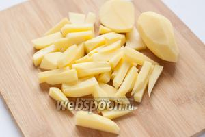Картофель нарезаем соломкой.
