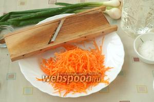 Почистить морковь и натереть её на корейской тёрке.