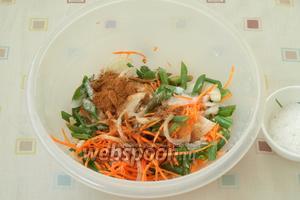 Лук и чеснок соединить с морковью, добавить все специи, хорошо перемешать.