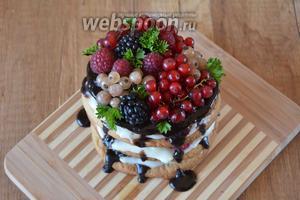 Украшаем готовый десерт ягодами. Приятного аппетита!