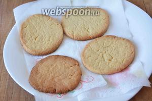 Разогреть духовку до 180-200°C, выпекать подготовленные круги теста на противне, застеленном пергаментной бумагой, около 15-20 минут. Достаём из духовки готовое печенье, его необходимо остудить.