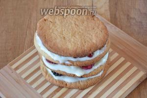 Накрываем последним печеньем наш десерт. Последнее печенье не смазывается кремом.
