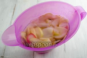 Сверху выложить подготовленные яблоки. Залить горячим кипятком.