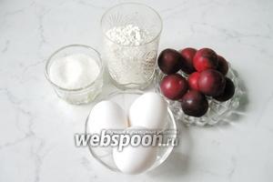 Для того, чтобы испечь шарлотку с алычой берём такие продукты: красную алычу, яйца, сахар, муку и соду или разрыхлитель.