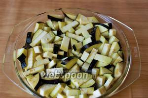 Как всегда нужно замочить баклажаны в солёной воде, предварительно порезав их на брусочки.