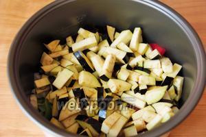 Баклажаны промыть, слить воду и уложить сверху на овощи.