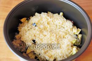 Теперь укладываем на баклажаны промытый до прозрачной воды рис.