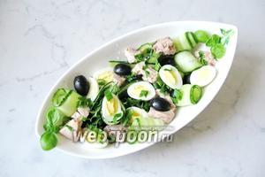 Сложить в салатник нарезанную печень трески, огурцы, перепелиные яйца, зелёный лук, маслины, петрушку.  Немного посолить (можно и не солить) и перемешать. Салат готов.
