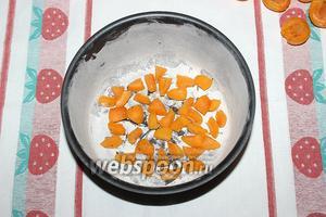 На дно формы поместите абрикосы, нарезанные кубиком.