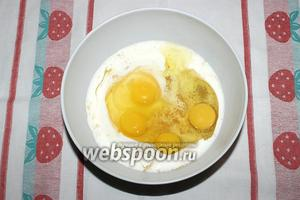 Разбейте в чашу яйца.