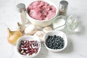Для приготовления биточков с чёрной фасолью и шампиньонами, потребуются такие ингредиенты: фарш мясной, фасоль чёрная сухая и фасоль красная сухая, лук репчатый, чеснок, молоко, масло подсолнечное рафинированное, соль, перец чёрный молотый и зелень петрушки или укропа.