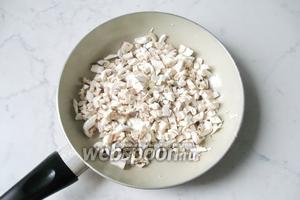 Шампиньоны почистить, помыть и мелко нарезать. Выложить на сковороду с подсолнечным маслом.