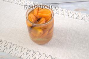 Заливаем сладким маринадом абрикосы, закупориваем банки крышками и оборачиваем шерстяной шалью (предварительно перевернув ёмкости).