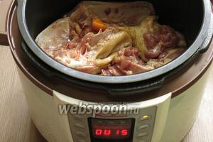 Обжариваем 20-25 минут, в небольшом количестве масла, кусочки. Из утки хорошо выходит жир.