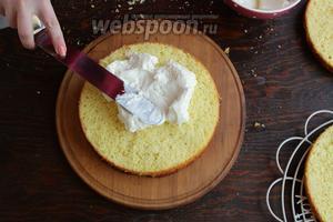 Покрываем сливочным муссом. С муссом начинаем работать после того, как он слегка схватится, по фотке хорошо видно, какая консистенция мусса. Накрываем 3 коржом, мажем лимонным кремом.
