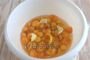 За это время абрикосы пустят сок и напитаются сиропом.
