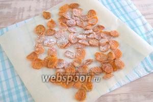 Посыпаем готовые абрикосовые цукаты сахарной пудрой, наслаждаемся натуральной сладостью в любое время.