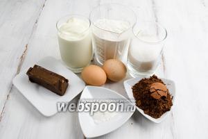Для приготовления теста нужно взять муку, какао, разрыхлитель, сахар, яйца, сметану, масло сливочное (для смазки чаши), масло шоколадное.