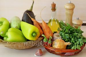 Приготовим ингредиенты: баклажан, кабачок, сладкий перец, лук, морковь, чеснок, петрушку, соль и масло растительное.